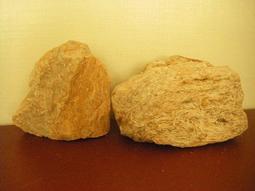 天然原礦原石 稀有千萬年蘊藏 金黃琥珀原礦石 ~~ 原汁原味 原礦擺件 ~~ 2個特價出售 ~~
