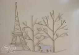 【36號日本雜貨直營】日本家飾雜貨 法式巴黎鐵塔狗狗散步街景 壁掛飾~白色